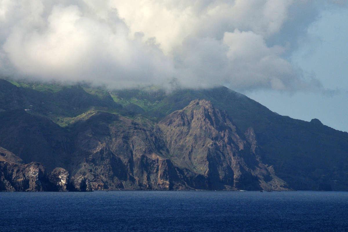 isla de brava costa escarpada perspectiva