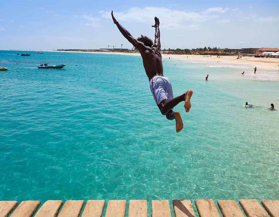 isla de sal playas persona saltando