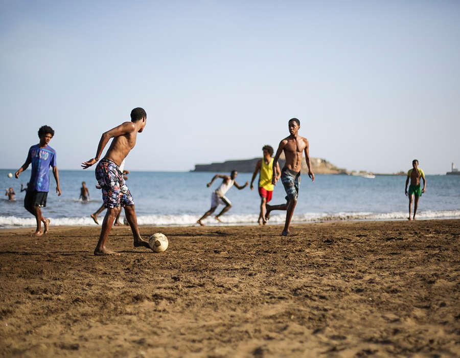 isla de santiago playa gente jugando a futbol
