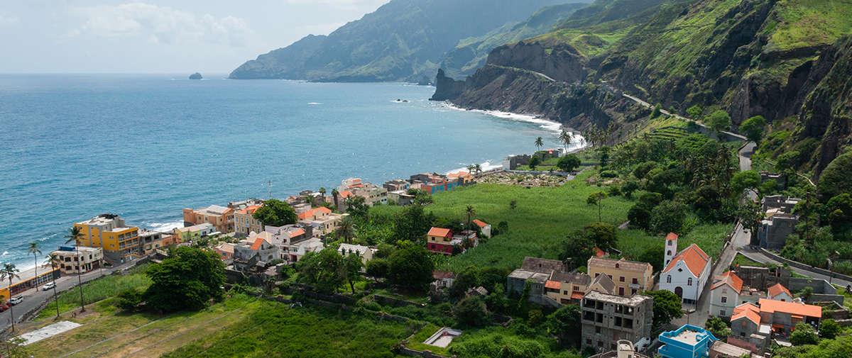 isla de santiago pueblo en la costa panorámica