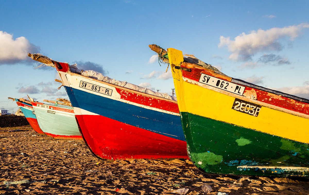 viajes a cabo verde a medida barcas en la playa