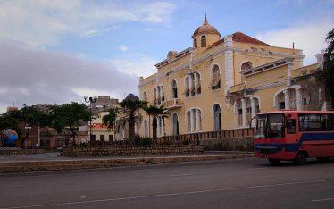 Arquitectura de Cabo Verde colonial con edificios típicos