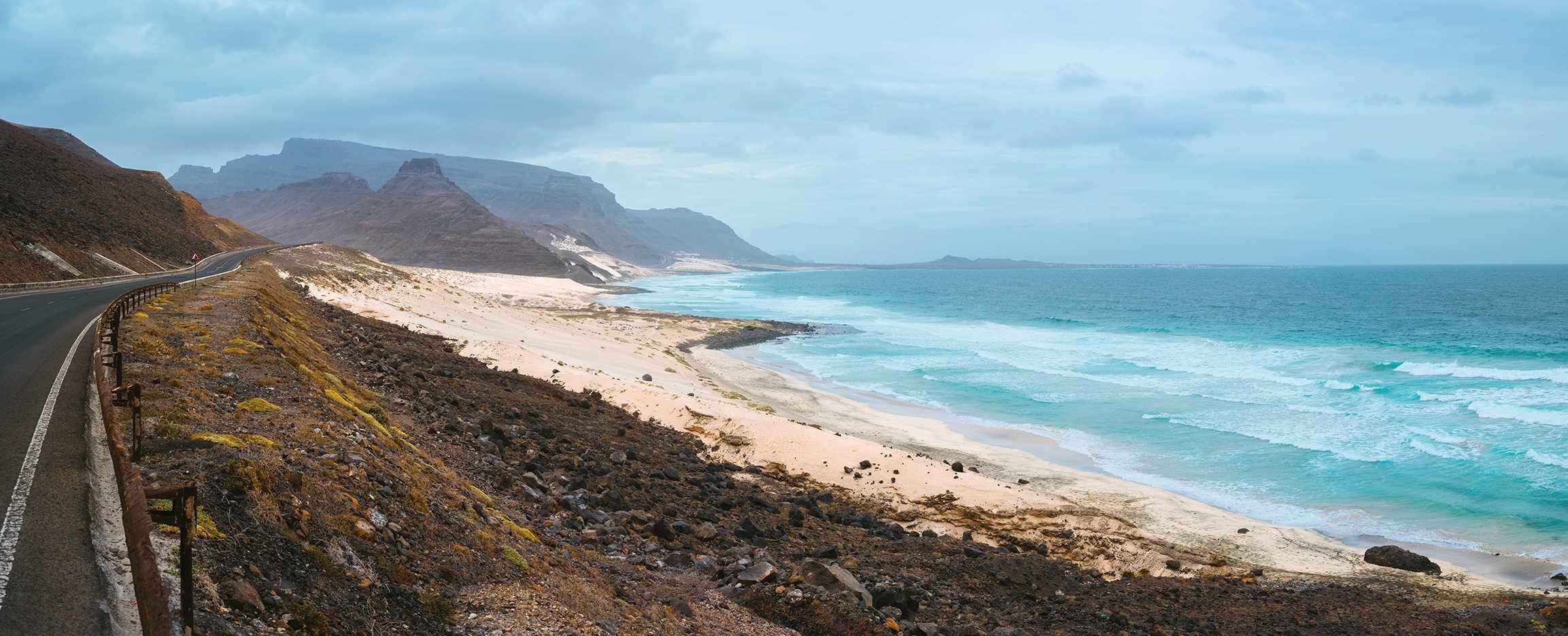 destino poco turistico carretera en la playa sao vicente