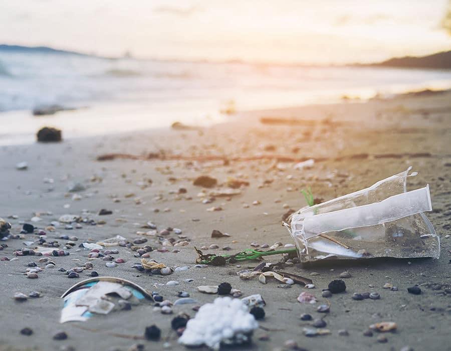 turismo sostenible plásticos en las playas