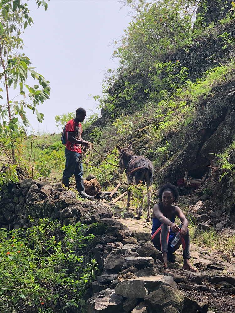 trekking barlovento gente descansando camino a cova