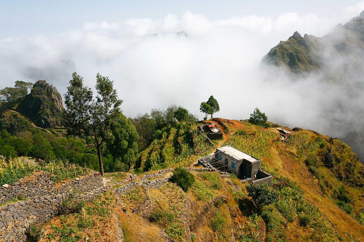 trekking barlovento nubes en la montaña