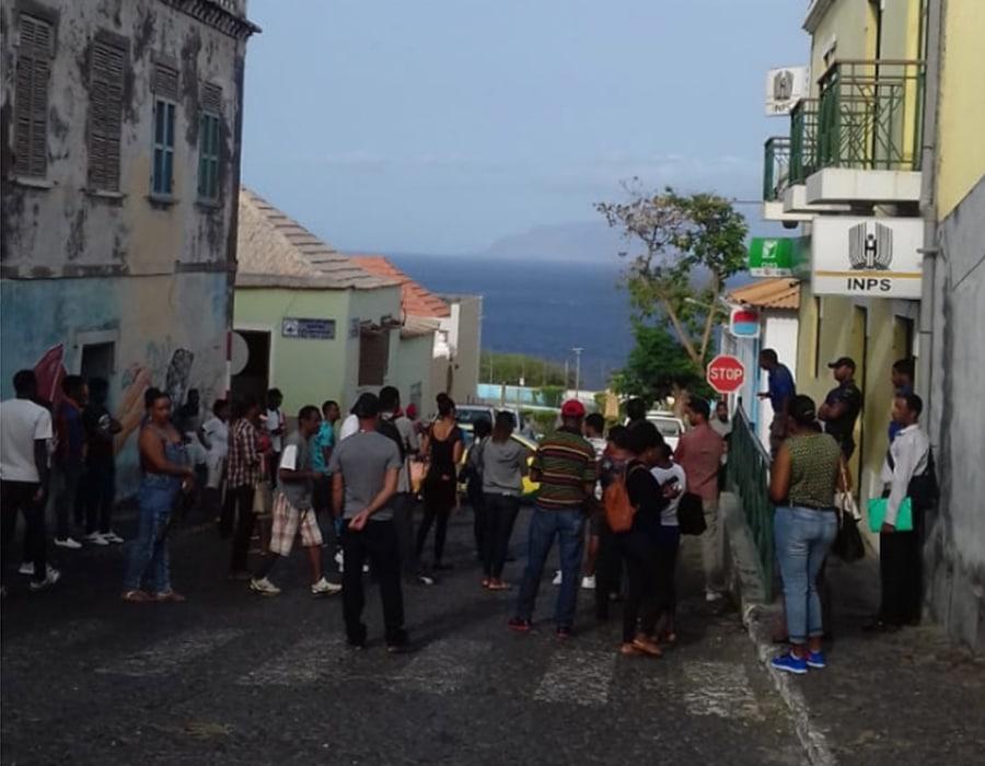 coronavirus en cabo verde gente banco Sao Filipe