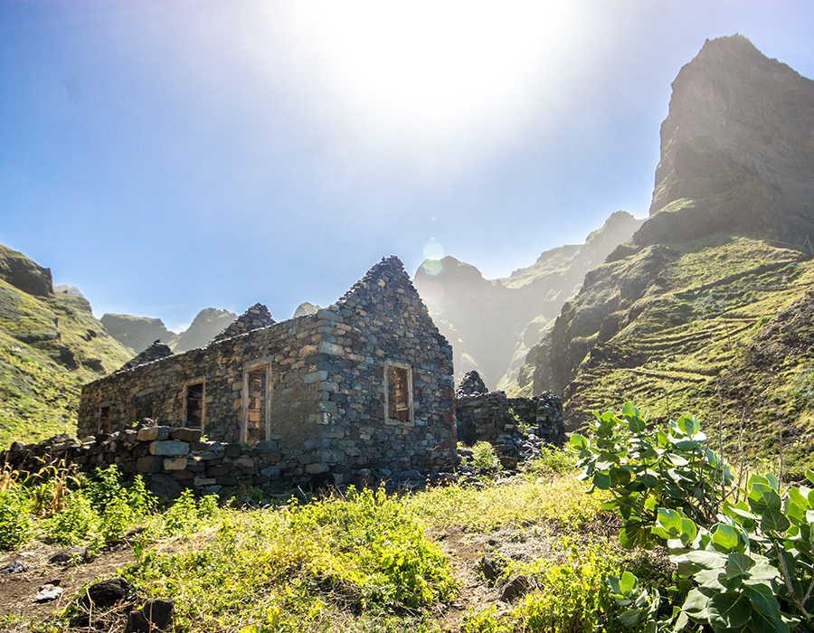 casa abandonada en el viaje de aventura en cabo verde