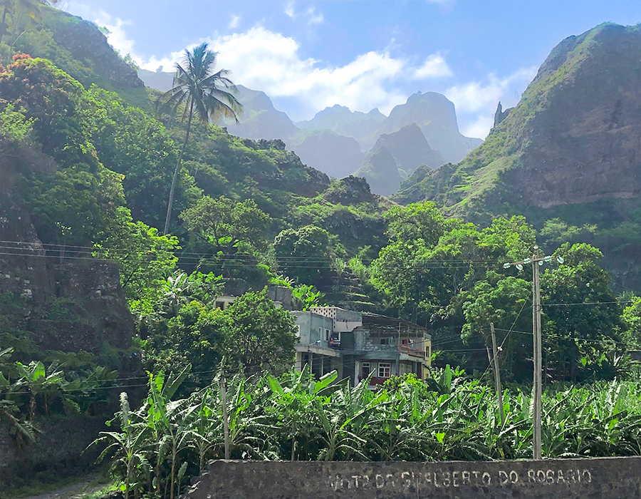 valle tropical en santo antao paisaje verde en el viaje de aventura